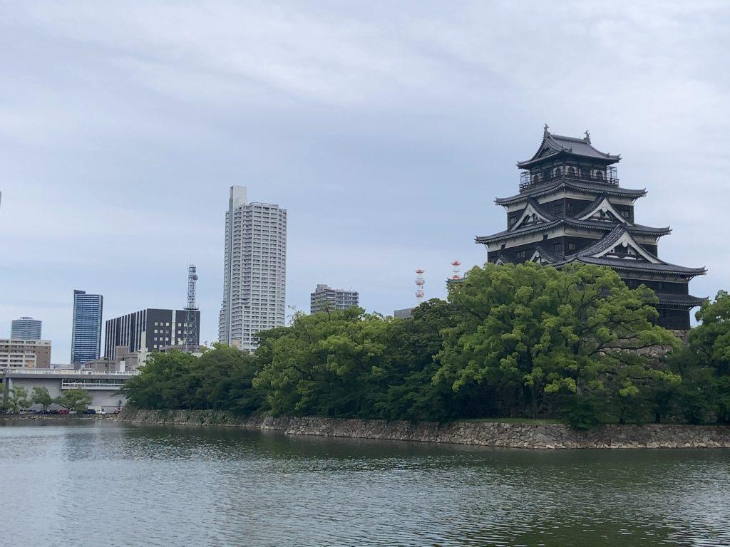 広島城越しのタワマン4兄弟